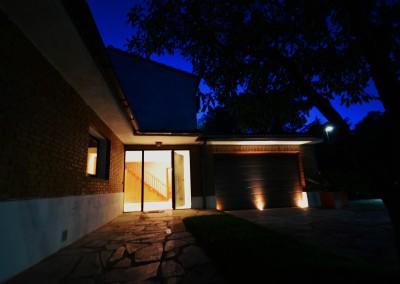 Iluminación indirecta acceso vivienda y garaje