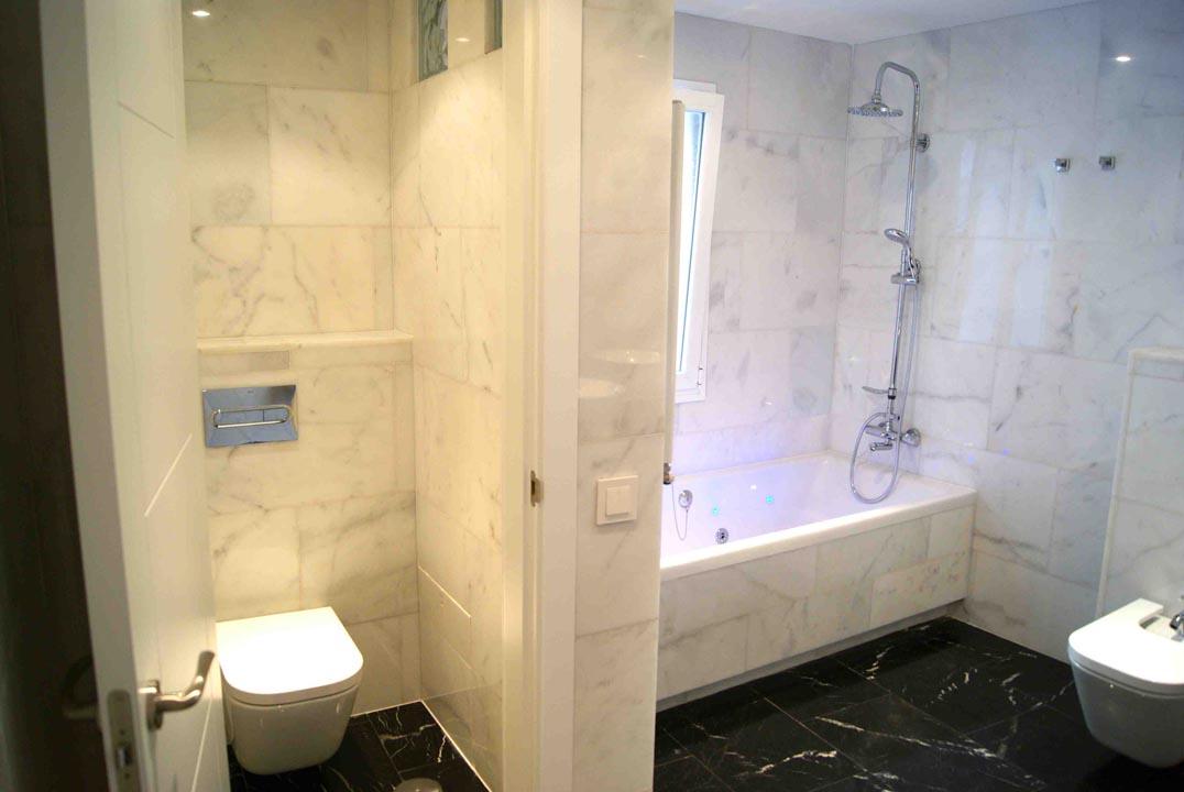 Baño en suite mármol b&w