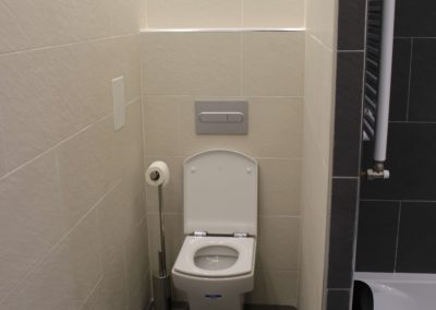 WC baño principal. Luz indirecta. Cisterna empotrada