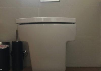 WC suspendido. Cisterna empotrada.