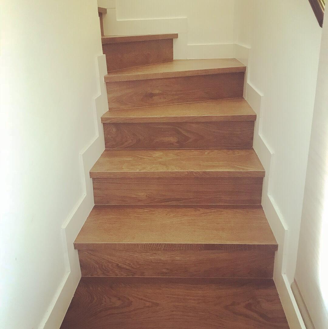 Escaleras cerámica imitando madera
